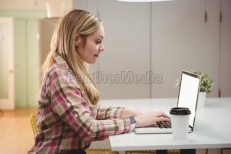 weibliche fuehrungskraft arbeitet auf laptop im