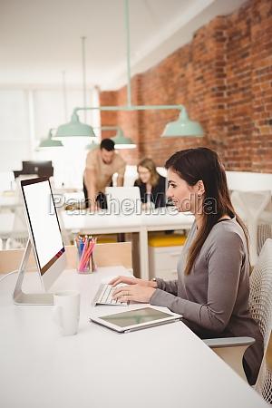 weibliche fuehrungskraft die am computer arbeitet