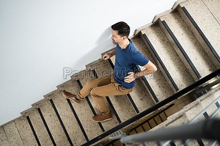 mann liegt nach unfall auf treppe
