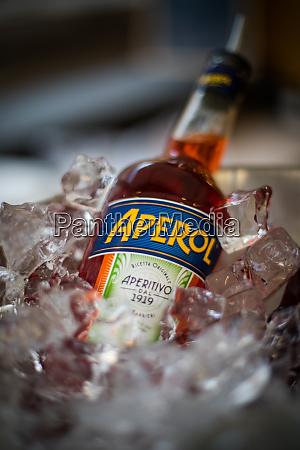 illustratives redaktionelles bild einer aperol flasche