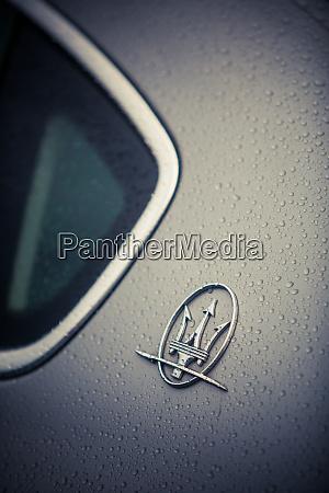 maserati logo auf einem auto