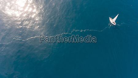 luftaufnahme eines segelbootes am mittelmeer waehrend