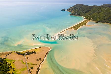 luftaufnahme der natuerlichen barriere sandbank in