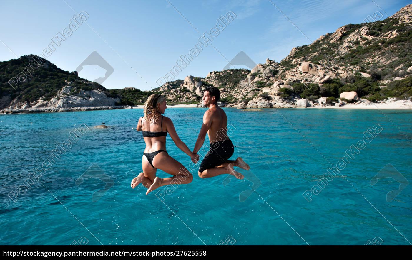 junges, paar, springt, ins, meer, von - 27625558