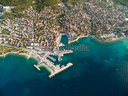 luftaufnahme von supetar in kroatien