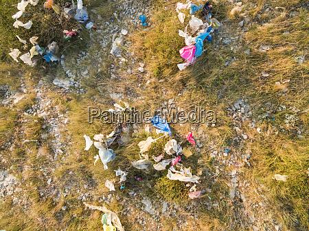 luftaufnahme der verschmutzung von plastiktueten auf