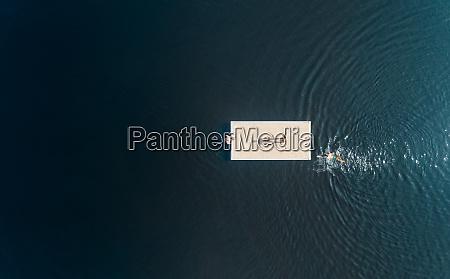 luftaufnahme von menschen auf einer schwimmenden