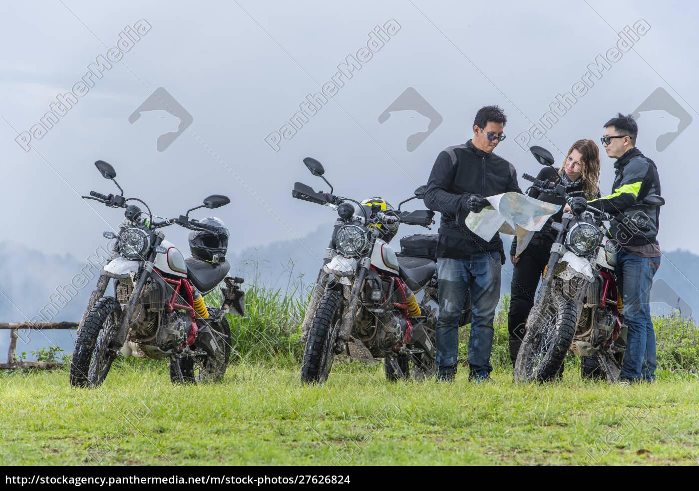 biker, überprüfen, karte, neben, off-road-motorrädern, berge, im - 27626824