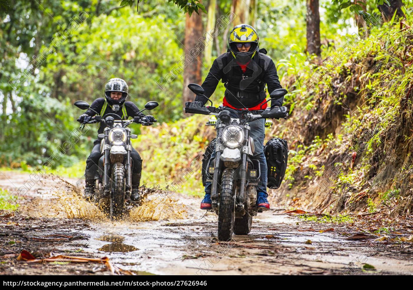biker, fahren, off-road-motorrad, auf, feldweg, durch - 27626946