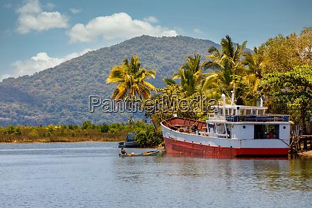 verrostetes verlassenes boot maroantsetra madagaskar