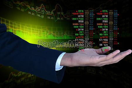 geschaeftsmann zeigt das aktiendiagramm