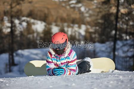snowboarder ruht sich im schnee aus