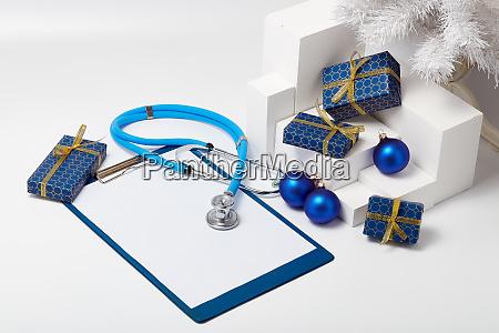 stethoskop und weihnachtsdekorationen