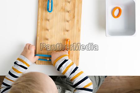 kind arbeitet mit montessori material fuer