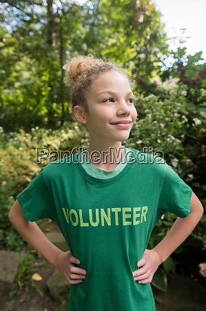 maedchen traegt freiwilliges t shirt