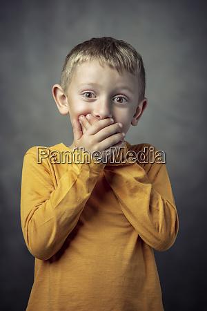 portraet eines 6 jaehrigen jungen der