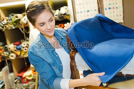 frau arbeitet auf textilstuhl