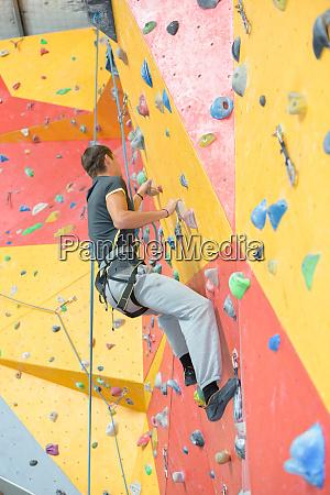ein mann klettert indoor wand