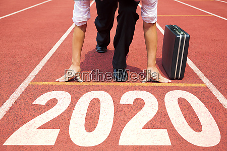 geschaeftsmann start ins neue jahr 2020