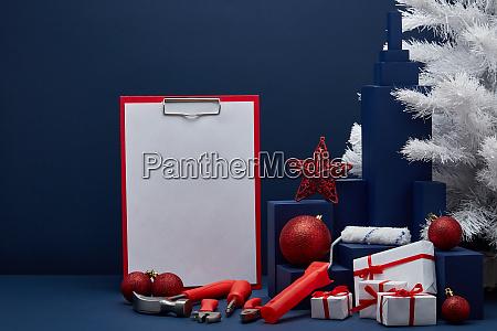 bauwerkzeuge leere zwischenablage und weihnachtsdekorationen weihnachten