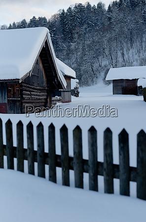winterlandschaft schnee und huette in garmisch