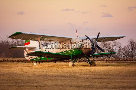 altes flugzeug auf dem flugplatz