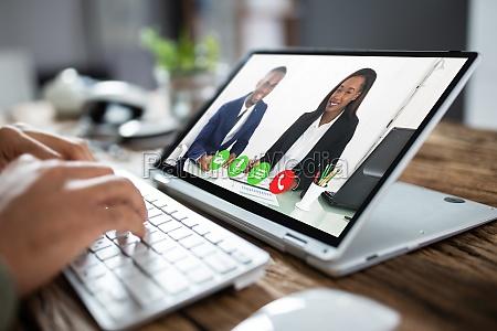 geschaeftsmann videokonferenzen mit mitarbeiter auf tablet