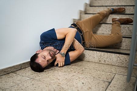 bewusstloser mann liegt auf treppe