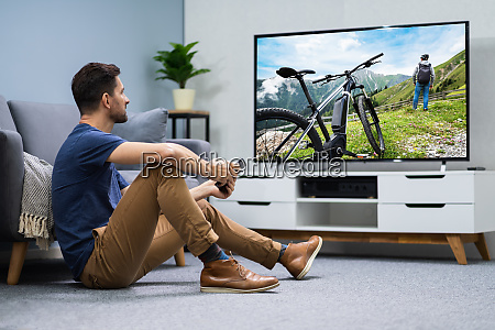 mann mit digitaler tablet zum fernsehen