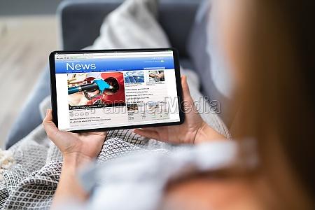 person die nachrichten auf digitalen tablets
