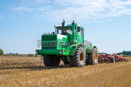 traktoren auf dem feld kultivieren litauen