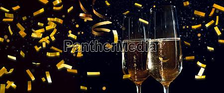 champagnerglaeser und goldenes konfetti