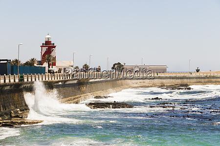 wellen prallen gegen wellenschutz wellenbrecher sea