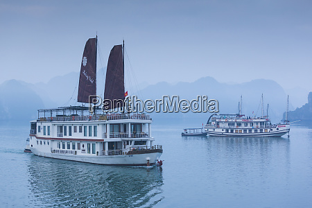 vietnam halong bay tourist boats dawn