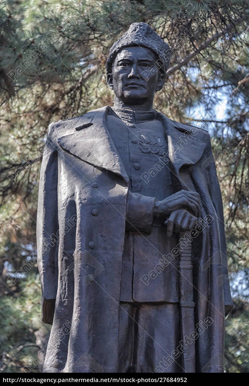 statue, eines, kasachischen, kriegshelden, bauyrzhan, momyshuly., almaty, kasachstan. - 27684952
