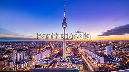panoramablick auf central berlin bei sonnenuntergang