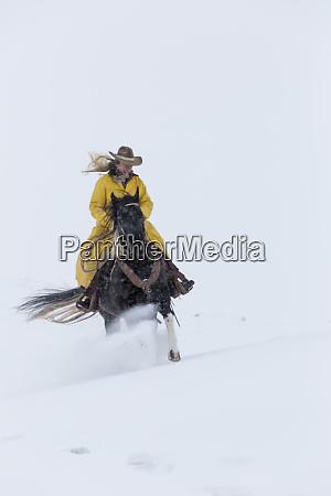 cowgirl reiten ihr pferd winterzeit hideout