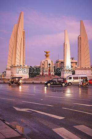 sonnenuntergangsbilder rund um bangkoks demokratiedenkmal ausserhalb