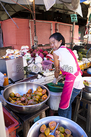 ein einheimischer stellt in chang mai
