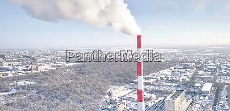 rauchschornstein eines waermekraftwerks vor dem hintergrund