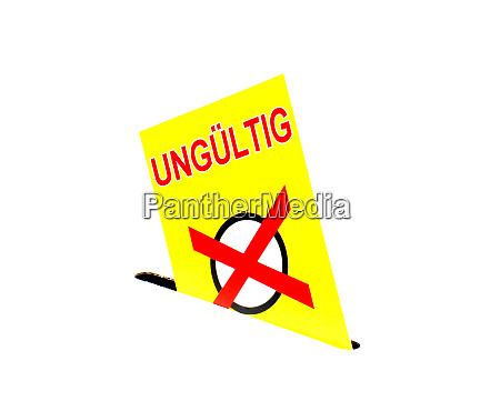 gelbes papier in der wahlurne mit