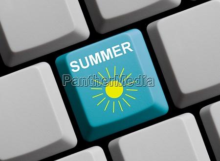 light bue computertastatur zeigt sommer