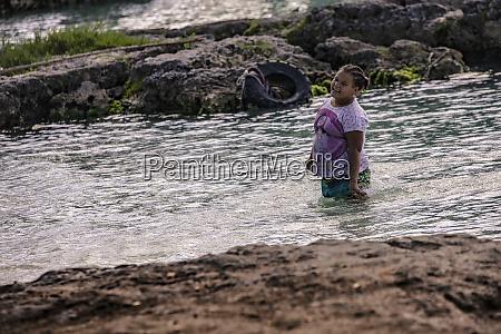 arme dominikanische kinder spielen in bayahibe