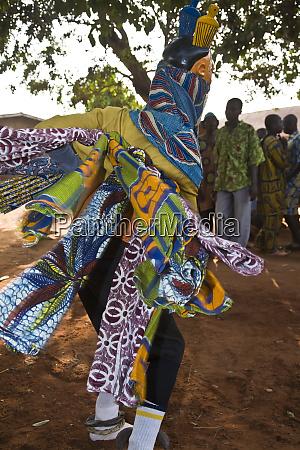 westafrika benin bewegungsaufnahme von gelede mask