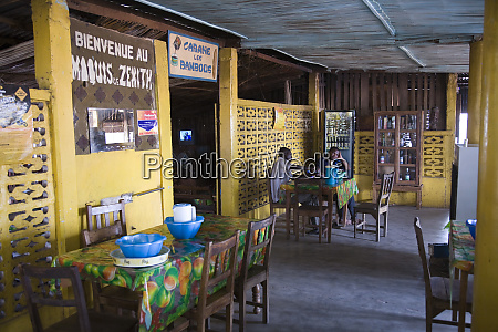 westafrika benin maenner sitzen im restaurant
