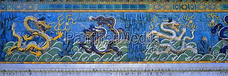 asien china peking bunte fantasievolle drachen