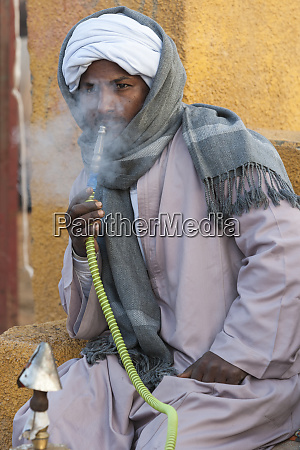 egypt an egyptian man smokes a