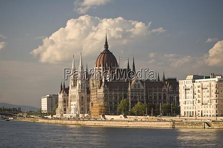 ungarn budapest parlamentsgebaeude entlang der donau