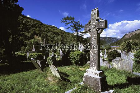 europa irland glendalough ein verwittertes steinkreuz
