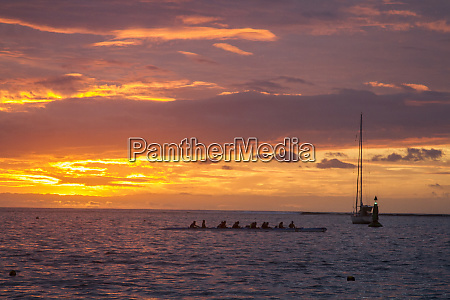 kanu sonnenuntergang tahiti franzoesisch polynesien